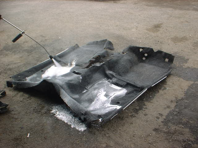 車の床の鉄板のすぐ上のマット(ラゲージマット)のクリーニングです